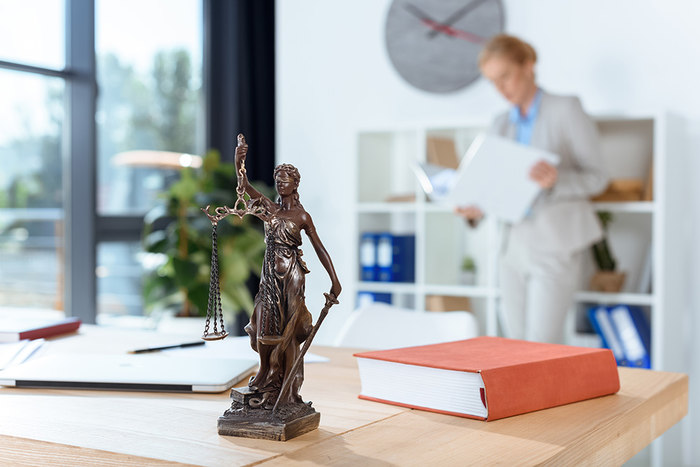 Jeff-Jinks-Law-Indianapolis-Real-Estate-Attorney-Home-Page-Hero-Image-Image-of-Courthouse-Statue-on-Desk